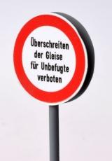 Überschreiten der Gleise für Unbefugte verboten, Doppelschild für Zwischengleisaufstellung