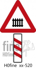 Verkehrszeichen Dreistreifige Bake links beschrankter Bahnübergang