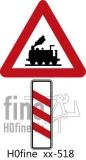 Verkehrszeichen Dreistreifige Bake links unbeschrankter Bahnübergang